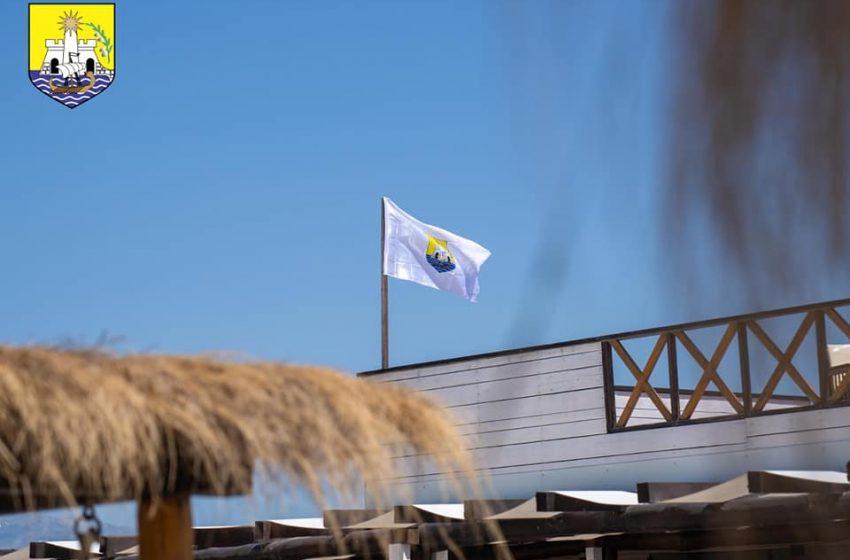 Prva zastava sa grbom Opštine na jarbolima kajtsurf plaže Laguna